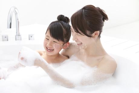泡風呂に入る親子の写真素材 [FYI01297190]