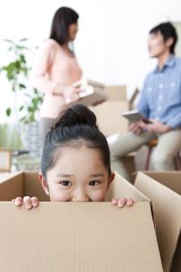 引っ越し作業中の家族3人の写真素材 [FYI01297205]