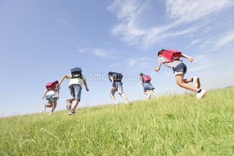 走っている小学生5人の後姿の写真素材 [FYI01297233]