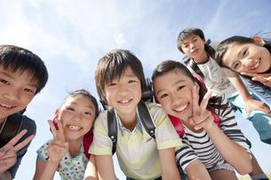 笑顔の小学生6人の写真素材 [FYI01297243]
