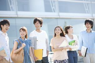 話をしている大学生6人の写真素材 [FYI01297247]