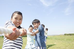 綱引きをしている子供6人の写真素材 [FYI01297255]