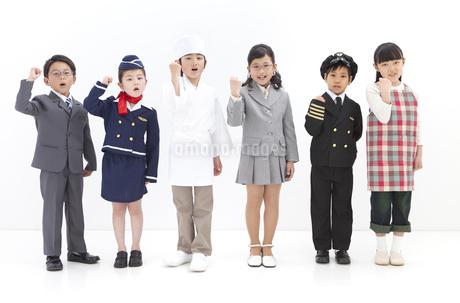 ガッツポーズをする子供6人の写真素材 [FYI01297336]