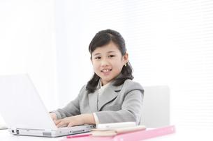ビジネスウーマンの格好をしている女の子の写真素材 [FYI01297353]