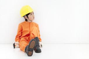 作業員の格好をしている男の子の写真素材 [FYI01297381]