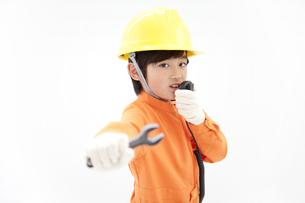 作業員の格好をしている男の子の写真素材 [FYI01297383]
