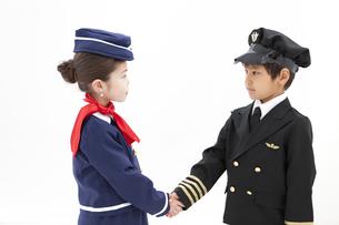 握手をしている男の子と女の子の写真素材 [FYI01297403]