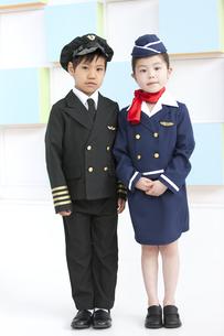 パイロットとビジネスマンの格好をする子供2人の写真素材 [FYI01297411]