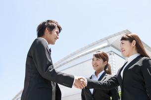 握手をするビジネスマンとビジネスウーマンの写真素材 [FYI01297429]