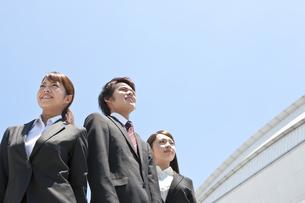 遠くを眺めるビジネスマンとビジネスウーマンの写真素材 [FYI01297431]