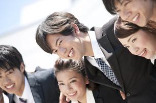肩を組むビジネスマンとビジネスウーマンの写真素材 [FYI01297475]