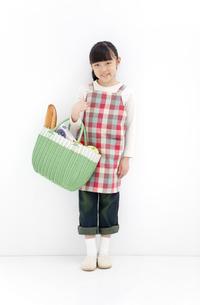 主婦の格好をしている女の子の写真素材 [FYI01297479]