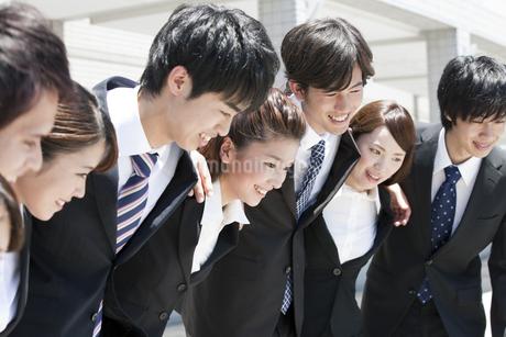 肩を組むビジネスマンとビジネスウーマンの写真素材 [FYI01297531]