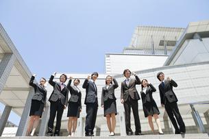 ガッツポーズをするビジネスマンとビジネスウーマンの写真素材 [FYI01297552]