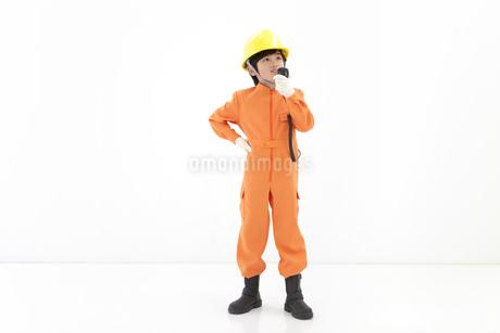 作業員の格好をしている男の子の写真素材 [FYI01297564]