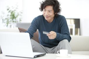 ネットショッピングをしている中高年男性の写真素材 [FYI01297571]