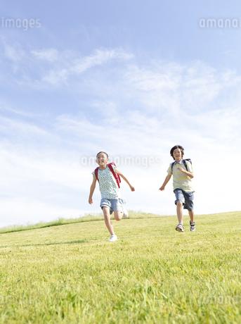 駆けっこをする小学生2人の写真素材 [FYI01297743]