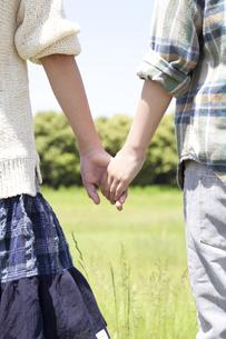 手をつなぐ男の子と女の子の写真素材 [FYI01297751]