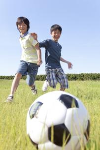 サッカーをしている男の子2人の写真素材 [FYI01297752]