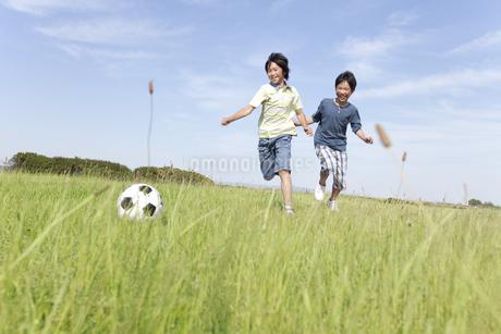 サッカーをしている男の子2人の写真素材 [FYI01297759]