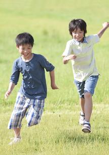 駆けっこをする男の子2人の写真素材 [FYI01297763]