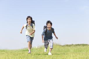 駆けっこをする男の子2人の写真素材 [FYI01297767]