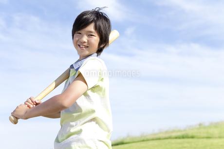 バットを持つ男の子の写真素材 [FYI01297822]