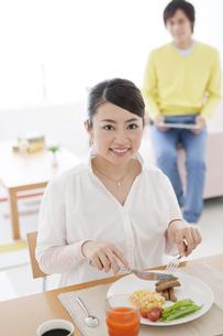 朝食を食べる女性の写真素材 [FYI01297823]
