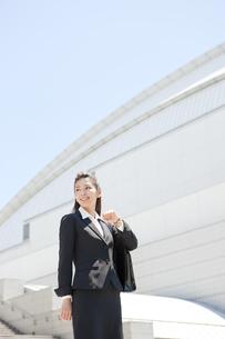 笑顔のビジネスウーマンの写真素材 [FYI01297850]