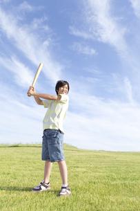 バットを構える男の子の写真素材 [FYI01297855]