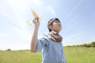 おもちゃの飛行機で遊ぶ男の子の写真素材 [FYI01297881]