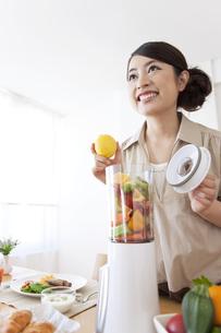 朝食の準備をする女性の写真素材 [FYI01297892]