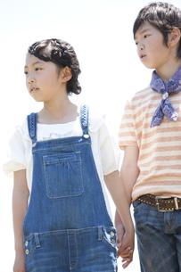 手をつないでいる男の子と女の子の写真素材 [FYI01297898]