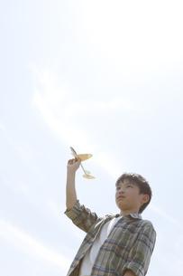 おもちゃの飛行機で遊ぶ男の子の写真素材 [FYI01297970]