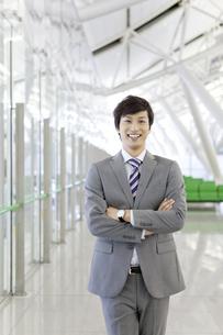 腕組みをしているビジネスマンの写真素材 [FYI01298027]