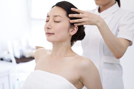 マッサージを受ける女性の写真素材 [FYI01298113]