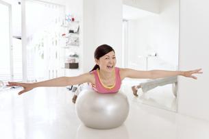 バランスボールで運動をする女性の写真素材 [FYI01298133]