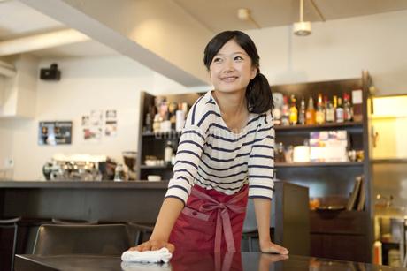拭き掃除をするカフェの店員の写真素材 [FYI01298163]