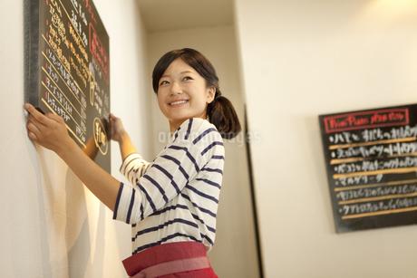 カフェで働く店員の写真素材 [FYI01298166]