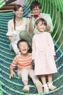 遊具で遊ぶ4人家族の写真素材 [FYI01298355]
