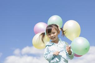 複数の風船を持っている女の子の写真素材 [FYI01298396]