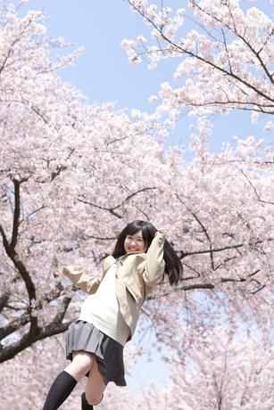 走っている女子高生の写真素材 [FYI01298401]