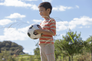 ボールを持っている男の子の写真素材 [FYI01298409]