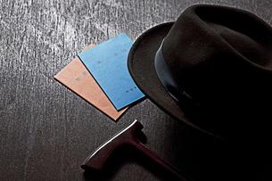 杖と帽子と年金手帳の写真素材 [FYI01298431]