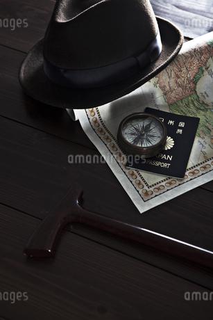 杖と帽子のある旅行イメージの写真素材 [FYI01298441]