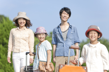 笑顔の家族4人の写真素材 [FYI01298472]
