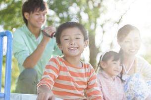 笑顔の男の子と家族3人の写真素材 [FYI01298525]
