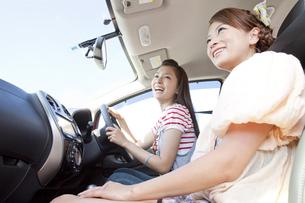 ドライブをする女性2人の写真素材 [FYI01298587]