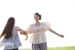 腕を組んで遊ぶ女性2人の写真素材 [FYI01298632]