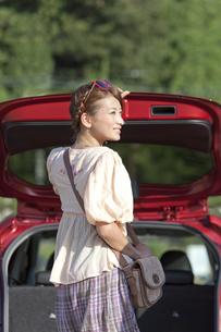 トランクを開ける女性の写真素材 [FYI01298651]